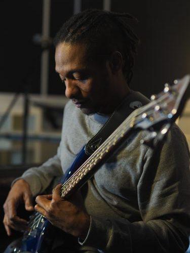 Stéphane Castry jouant de la basse sur sa Katana bleue by Guilhem Seguin