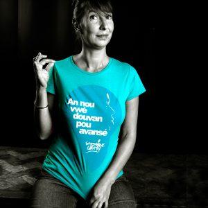 Tshirt-douvan-femme-porte-bleu