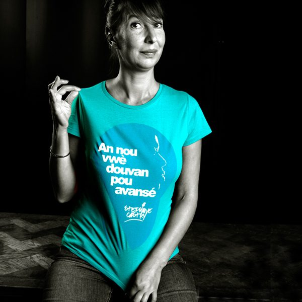 Tshirt-douvan-woman-worn-blue